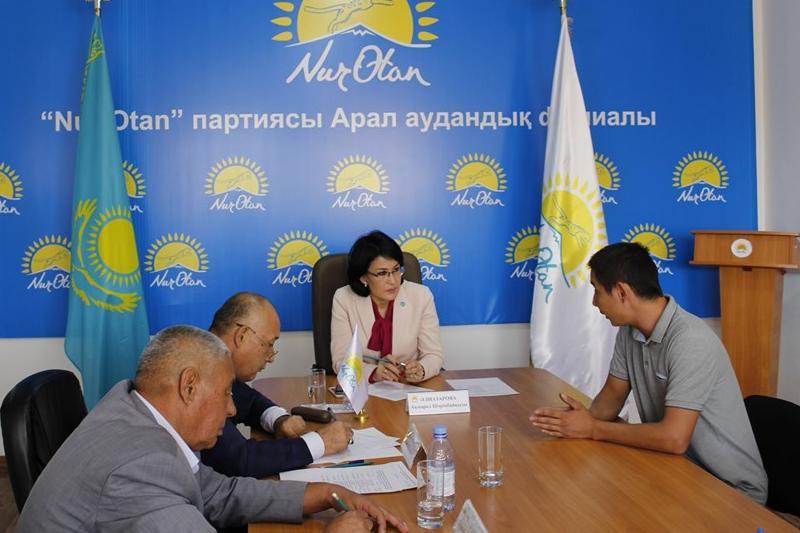 Ақмарал Әлназарова Арал аудандық партия филиалында аудан тұрғындарын қабылдады