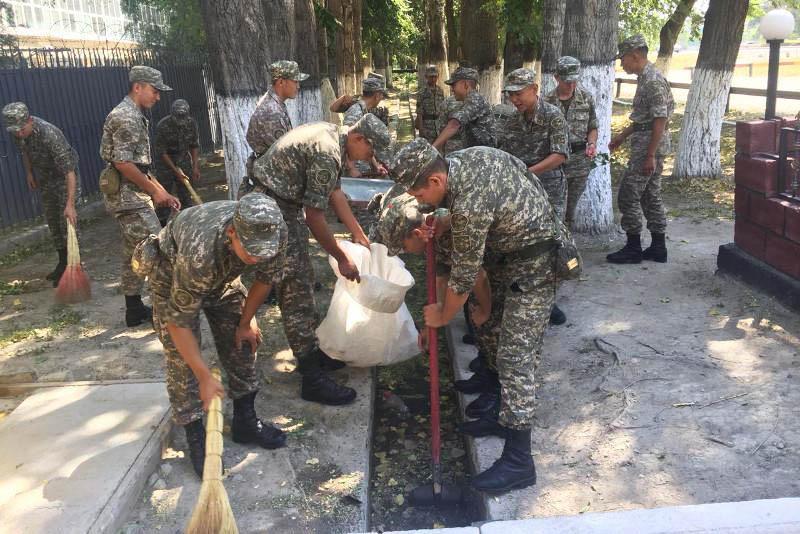 Қызылордалық әскерилер қарудың орнына, күрек ұстады