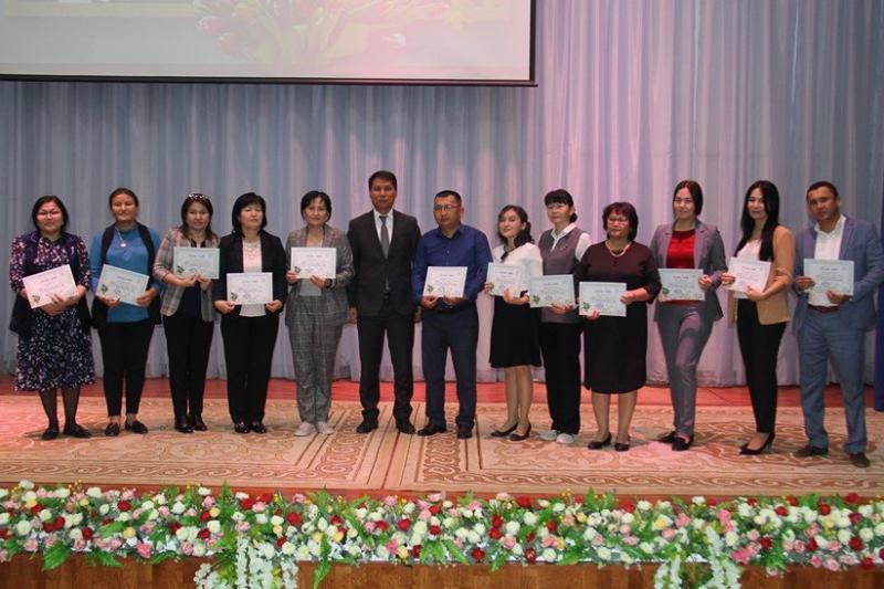 Назарбаев мектебінің оқушылары ұстаздарға құрмет көрсетті