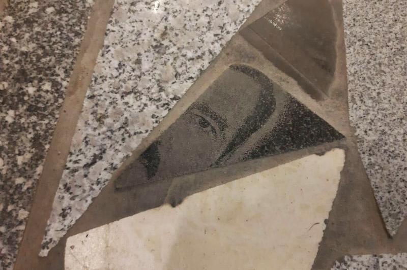 Өскемендегі сауда үйінің еденіне төселген суретті құлпытастар елді шошытты (ВИДЕО)