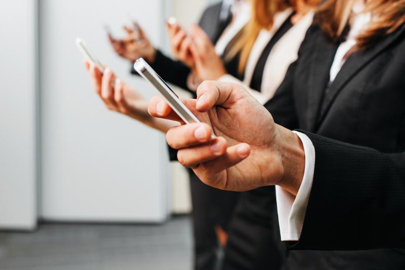 Мемлекеттік қызметшілерге жұмыс уақытында смартфонды пайдалануға рұқсат берілмек
